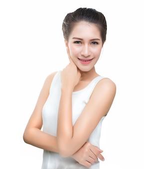 Retrato de uma jovem bonita sorrindo com maquiagem natural. skincare, cuidados de saúde