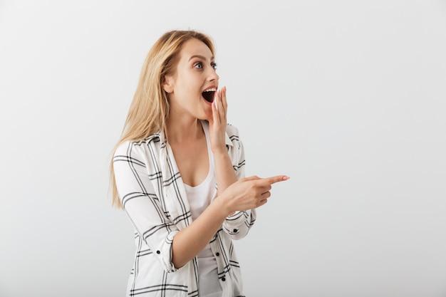 Retrato de uma jovem casual animada gritando