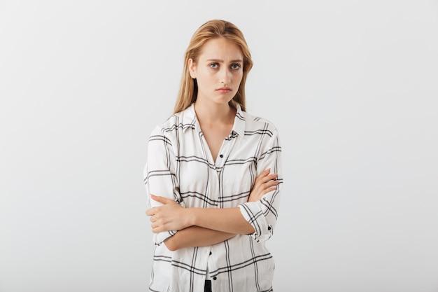 Retrato de uma jovem casual chateada