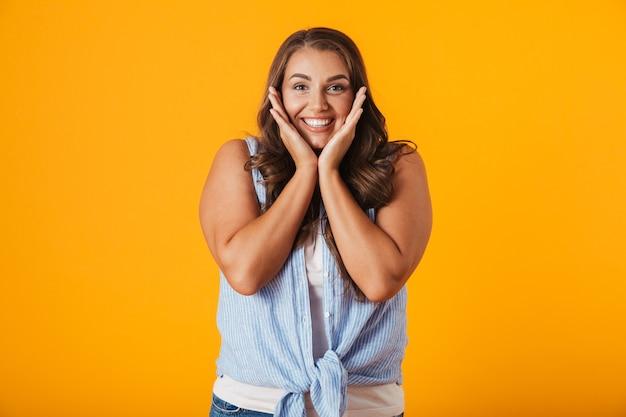 Retrato de uma jovem casual e animada, comemorando o sucesso