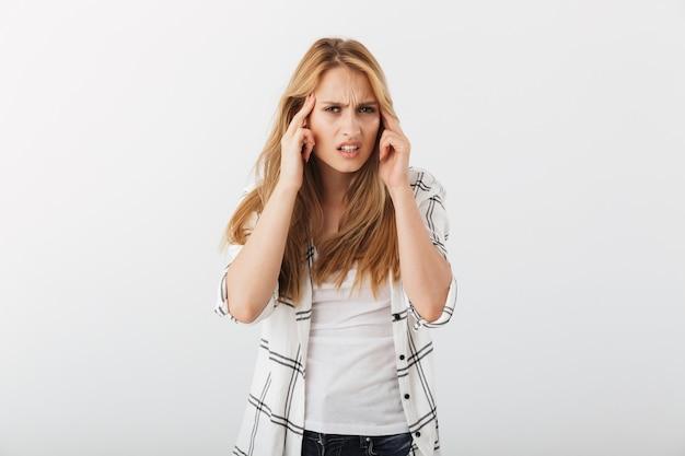 Retrato de uma jovem casual irritada sofrendo