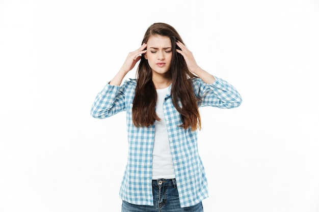 Retrato de uma jovem casual, sofrendo de enxaqueca