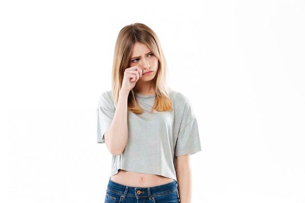 Retrato de uma jovem chateada chorando e olhando para longe