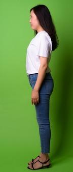 Retrato de uma jovem chinesa no verde