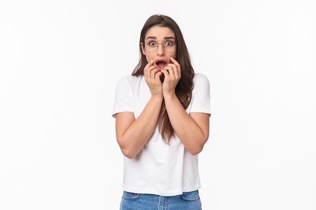 Retrato de uma jovem chocada, oprimida e em pânico