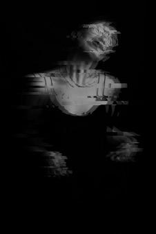 Retrato de uma jovem com transtornos mentais. preto e branco com efeito de falha