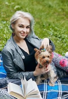 Retrato de uma jovem com um cachorrinho