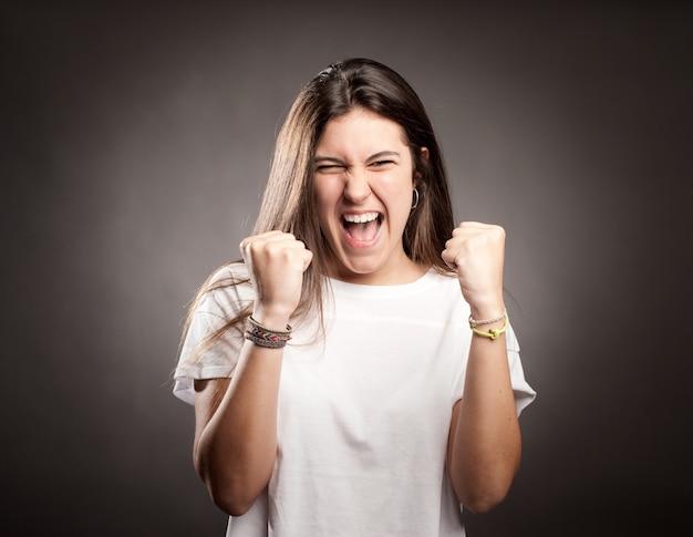Retrato de uma jovem comemorando ser um vencedor