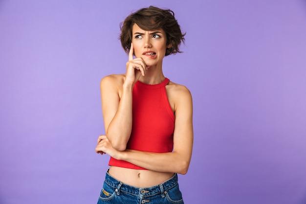 Retrato de uma jovem confusa pensando