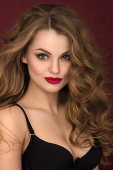 Retrato de uma jovem coquete encaracolada com lábios vermelhos