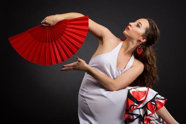 Retrato de uma jovem dançarina espanhola de flamenco