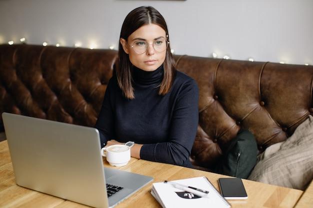 Retrato de uma jovem de óculos. mulher de negócios jovem
