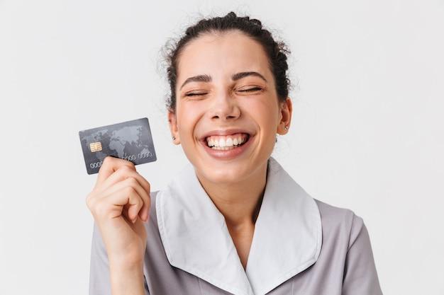 Retrato de uma jovem e alegre empregada doméstica