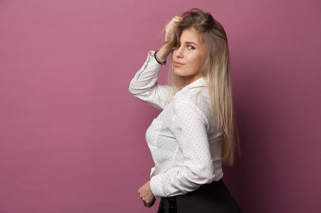 Retrato de uma jovem e bonita mulher caucasiana em rosa