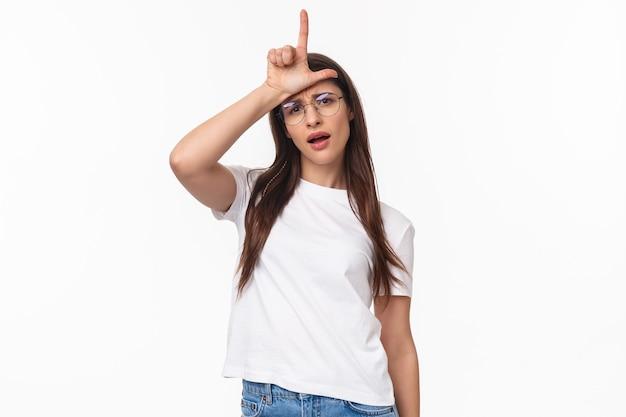 Retrato de uma jovem elegante, arrogante, atrevida e confiante de óculos