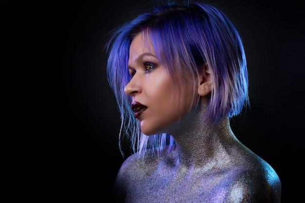 Retrato de uma jovem elegante e ousada com cabelo roxo