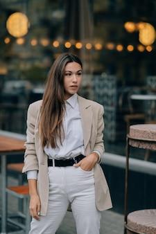 Retrato de uma jovem elegante na rua