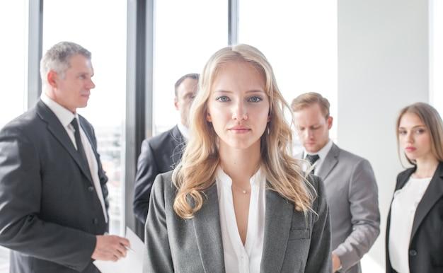 Retrato de uma jovem em frente à equipe de executivos