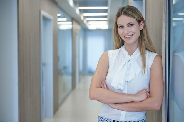 Retrato de uma jovem empresária alegre