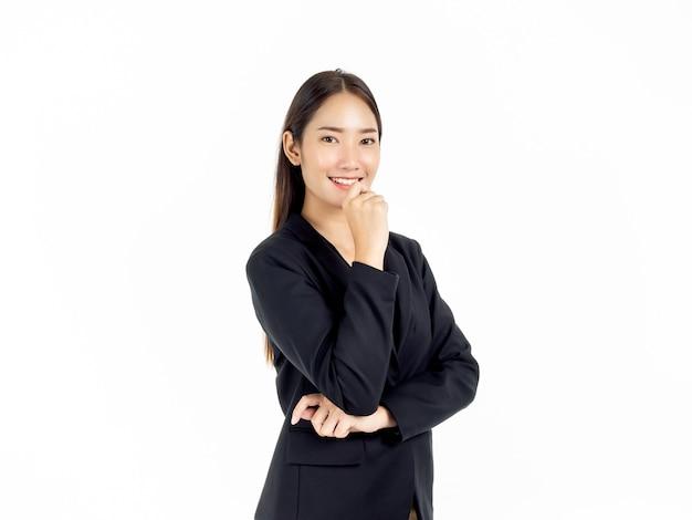 Retrato de uma jovem empresária asiática em um terno preto e olhando a câmera com um sorriso amigável isolado no branco