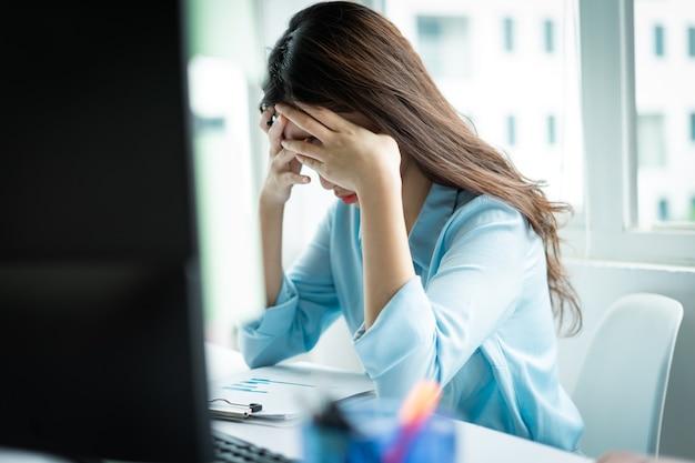 Retrato de uma jovem empresária cansada de trabalhar