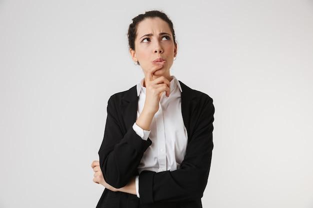 Retrato de uma jovem empresária pensativa