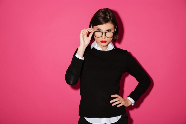 Retrato de uma jovem empresária séria em óculos