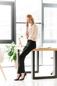 Retrato de uma jovem empresária sorridente falando