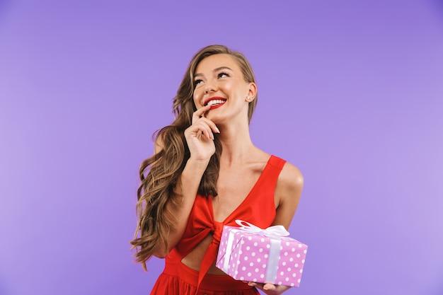 Retrato de uma jovem encantada no vestido vermelho