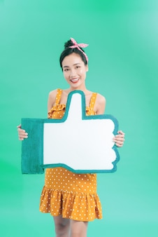 Retrato de uma jovem encantadora segurando um grande ícone como isolado em azul