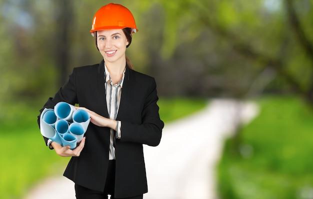 Retrato de uma jovem engenheira usando um capacete de segurança no local de trabalho