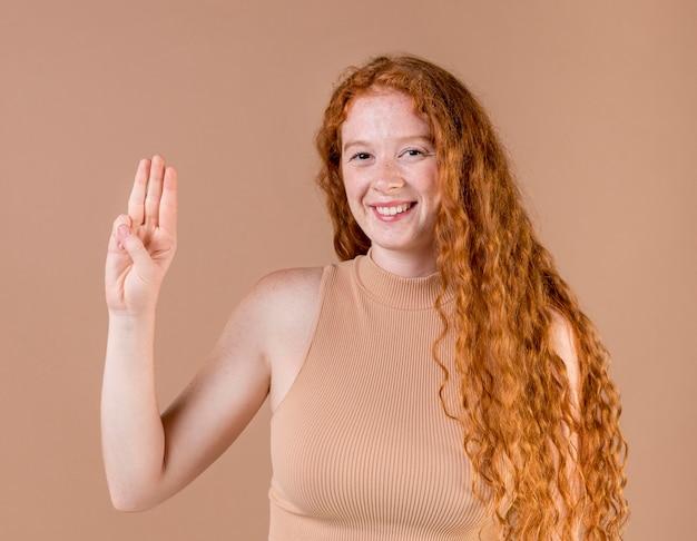 Retrato de uma jovem ensinando linguagem de sinais