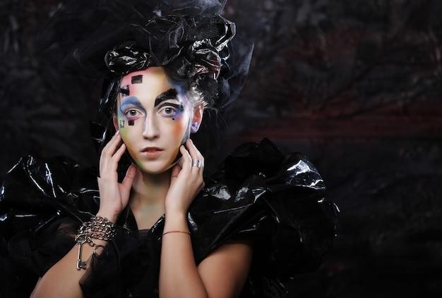 Retrato de uma jovem estilista com rosto criativo