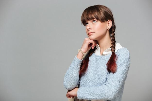 Retrato de uma jovem estudante pensativa