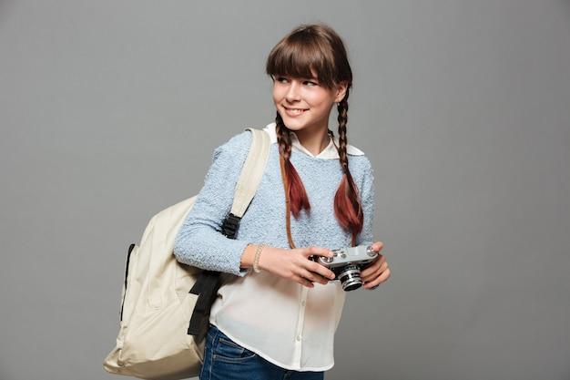 Retrato de uma jovem estudante sorridente com mochila