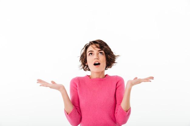 Retrato de uma jovem excitada gritando