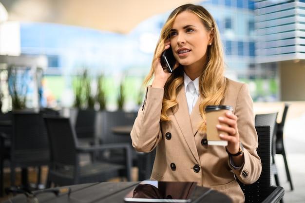 Retrato de uma jovem falando ao telefone durante um intervalo