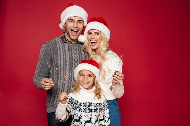 Retrato de uma jovem família alegre com uma criança