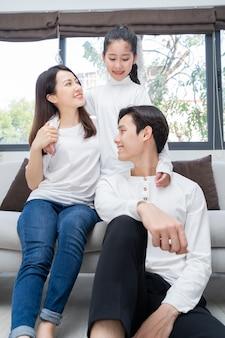 Retrato de uma jovem família asiática composta por pais e filha