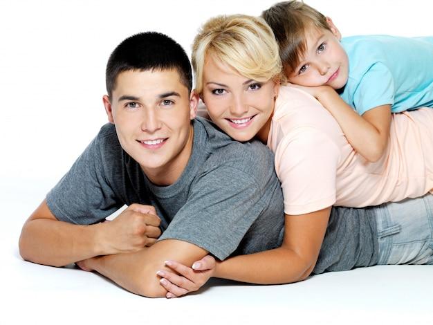 Retrato de uma jovem família feliz