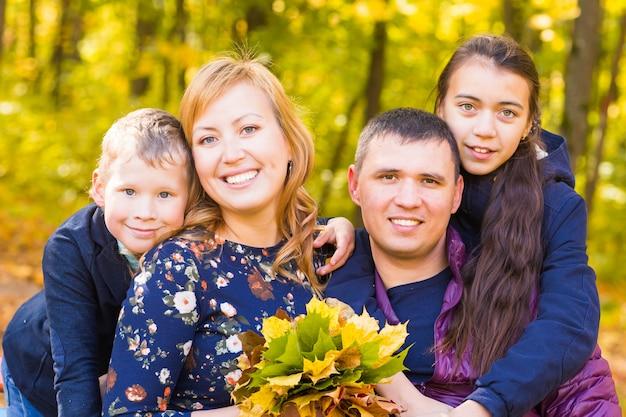 Retrato de uma jovem família no parque outono