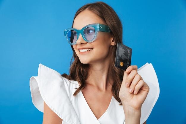 Retrato de uma jovem feliz com roupas de verão