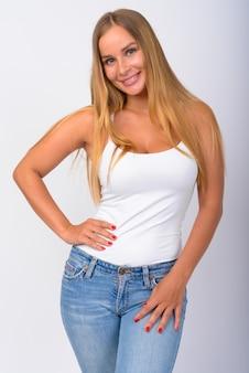 Retrato de uma jovem feliz e bonita com longos cabelos loiros sorrindo