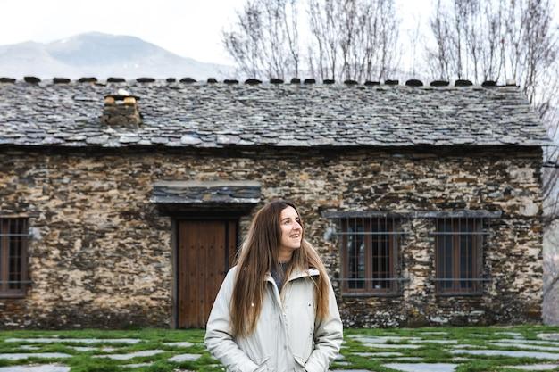 Retrato de uma jovem feliz em uma vila rural