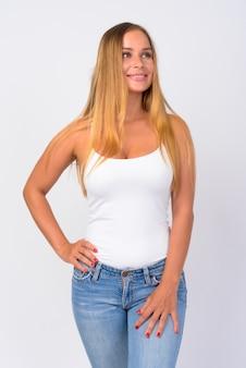Retrato de uma jovem feliz linda com longos cabelos loiros pensando