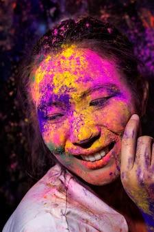 Retrato de uma jovem feliz no festival de cores de holi.