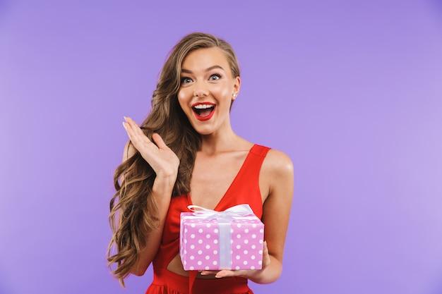 Retrato de uma jovem feliz no vestido vermelho