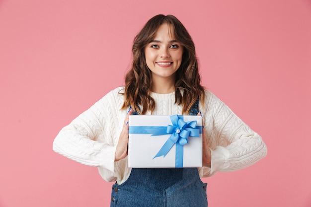 Retrato de uma jovem feliz segurando uma caixa de presente