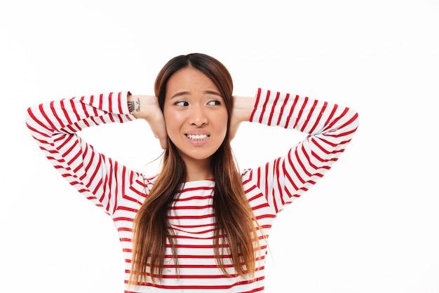Retrato de uma jovem garota asiática irritada