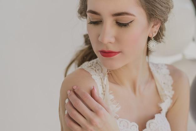 Retrato de uma jovem garota bonita em jóias, vestida de menina